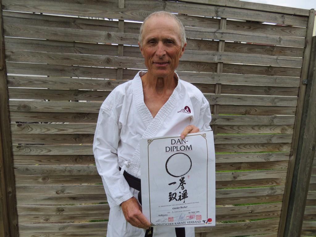 Karate Günter Becker besteht Schwarzgurt